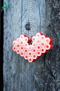 Amor colgante colores brillantes joyas de lápiz collar por ABRUshop Resin Jewelry, Diy Jewelry, Handmade Jewelry, Jewellery, Pencil Crafts, Pencil Art, Crayon, Bead Earrings, Gold Beads