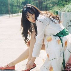 . 일할때 옷을 대충입는데.. . 남자가 이렇게 입었으면 멋졌을거같다ㅎㅎ이건 모다 . . .  #filmcamera #filmphotography #girlsonfilm #portrait #프로필사진 #beautiful #pretty #follow #profile  #koreaphoto #감성사진 #pinkgirl #girlsonfilm #pretty #alicefilm #whp #koreaphoto #instagood #contax #ig_korea #filmisnotdead #filmisalive #koreangirl #희온한복 #생활한복  #한복스냅 #소녀 #seoul_korea #traditional #hanbok