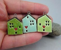 Love Lives Here.OOAK Miniature House Pendant in Stoneware by elukka.Grass Green - Liebe Leben hier… OOAK Miniatur-Haus-Anhänger in Steinzeug - Fimo Clay, Polymer Clay Art, Polymer Clay Jewelry, Clay Houses, Ceramic Houses, Miniature Houses, Clay Projects, Clay Crafts, Pottery Houses