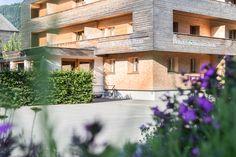 Außenansicht im Sommer vom Biohotel Schwanen Mansions, House Styles, Places, Design, Home Decor, Romantic Vacations, Happy Holidays, Beautiful Hotels, Ski Trips