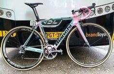"""girogram: """" Maria Rosa bike is cuteI can shoot it to the first. It is happy. But no rest day かっ、かわいすぎるじゃないか‼ このマリアローザバイクをどこよりも早く撮影するために休養日返上っ。 #giroditalia #Giro #bianchi #mariarosa #pink #lottonljumbo #ジロデイタリア #マリアローザ #バイク #ピンクちゃん #かわいい #ビアンキ..."""