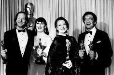 IlPost - 1986 - William Hurt, Il bacio della donna ragno. Nella foto, Hurt con Anjelica Huston, Miglior attrice non protagonista per L'onore dei Prizzi, e il regista e produttore di La mia Africa Sidney Pollack, che vinse l'Oscar al Miglior film. (AP Photo/Lennox McLendon)