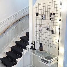 """""""Mera hall✔️ #armering#sidebord#trapp#matt#ljusstakar#vitt#svart#grått#vas#ljusslinga#myhome#finahem#svart#vitt#grått"""""""