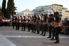 e-Pontos.gr: Πυρρίχιος χορός Σέρρα μπροστά στο μνημείο του Αγνώ...