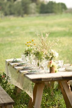 The setting and the scenery! This looks like the perfect set up! #dinnerparty #outdoors #party #table #setting #country