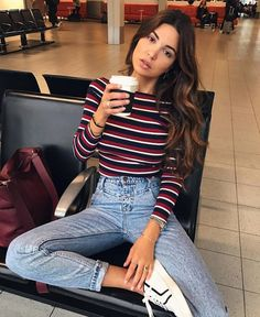 Look décontracté chic   pull rayé + jean bleu délavé + sac bordeaux +  tennis blanches – Taaora – Blog Mode 8c2b27a236c