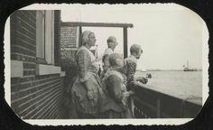 Zaandijk. Lagedijk. Achterzijde van het Honig Breethuis, Lagedijk 80. Personen in Zaanse klederdracht kijkend over de Zaan. 1974 Zaans Archief #NoordHolland #Zaanstreek