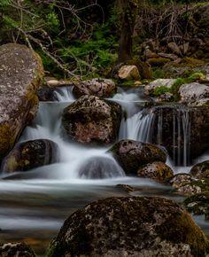 A caminhada que passa por uma lagoa secreta com água verde esmeralda