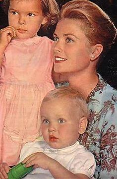 La Princesse Grace de Monaco, avec sa fille, Princesse Caroline ,et son fils, Prince Albert