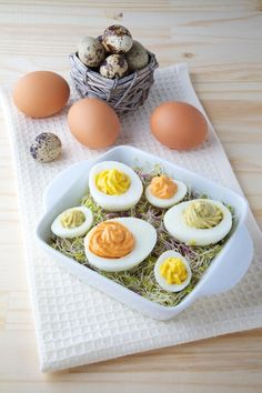 3 recipes of deviled eggs (pesto, safran and tomato). (in French) Pesto, Healthy Food Alternatives, Lettuce Wrap Recipes, Snacks, Deviled Eggs, Summer Recipes, Street Food, Tapas, Food And Drink