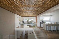 diseño de interiores con techos de madera y bambú
