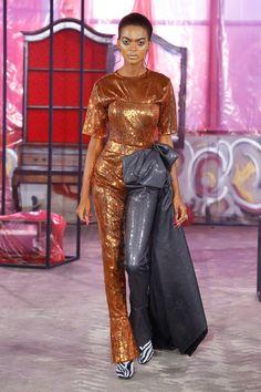 The complete Halpern Fall 2018 Ready-to-Wear fashion show now on Vogue Runway. Catwalk Fashion, Vogue Fashion, Fashion 2018, Fashion Week, High Fashion, London Fashion, Iris Van Herpen, Style Haute Couture, Podium