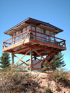 Quartz Mountain Fire Lookout -- to spend the night! House On Stilts, Tiny House Cabin, Cabin Homes, Residential Log Cabins, Bungalow, Pole House, State Park Cabins, Washington State Parks, Tree House Plans