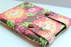 Button-close laptop/iPad/Kindle sleeve tutorial, from The Cottage Home Sewing Hacks, Sewing Tutorials, Sewing Patterns, Sewing Ideas, Bag Tutorials, Bag Patterns, Fabric Crafts, Sewing Crafts, Sewing Projects