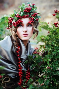 She has berries in her hair, but it's a very pretty style. Holiday Hairstyles, Cool Hairstyles, Short Hairstyle, Ghost Of Christmas Present, Flower Crown, Her Hair, Headpiece, Hair Styles, Pretty
