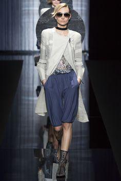 The complete Giorgio Armani Spring 2017 Ready-to-Wear fashion show now on Vogue Runway. Fashion Moda, Fashion 2017, Look Fashion, Runway Fashion, Fashion News, Fashion Show, Fashion Trends, Milan Fashion, Vogue Fashion