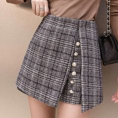 2018 winter Woolen shorts women high waist Button plaid skirt shorts harajukueavengifts-eavengifts Plaid skirt outfits ideas what to wear plaid skirts Cute Skirts, Plaid Skirts, Short Skirts, Mini Skirts, Look Fashion, Fashion Pants, Fashion Outfits, Fashion Shirts, Fashion Spring