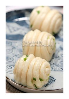 Happy New Year~~~ 【Chinese Steamed Scallion Rolls】 by MaomaoMom Like the westerners often eat bread for breakfast, Chinese people love their Sweet Potato Buns, Sweet Buns, Chinese Home Cooking Recipes, Chinese Recipes, Turkish Recipes, Asian Recipes, Taiwanese Cuisine, Asian Desserts, Chinese Desserts