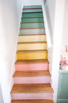 Escadas do arco-íris - Diy Projekte -Trair! Escadas do arco-íris - Diy Projekte - Diy Home Decor, Room Decor, Pastel Home Decor, Handmade Home Decor, Unique Home Decor, Staircase Makeover, Diy Wood Projects, Easy Art Projects, Home Projects