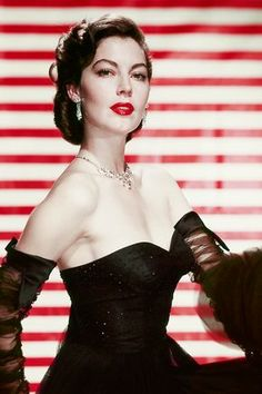 Ava Gardner Ava Gardner giving a masterclass in groomed brows and va va voom red lipstick Hollywood Icons, Old Hollywood Glamour, Golden Age Of Hollywood, Vintage Hollywood, Hollywood Stars, Hollywood Actresses, Classic Hollywood, Ava Gardner, Beautiful Celebrities