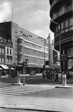 Overzicht van de hoek van het Vredenburg en de Lange Viestraat te Utrecht, met op de achtergrond Vroom Dreesman