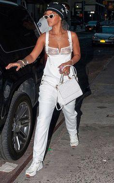 Rihanna va de compras con muy poca ropa