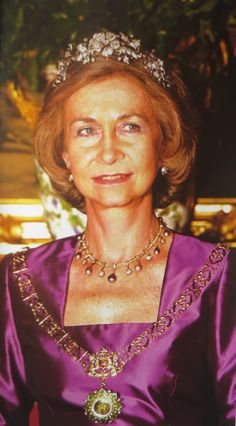 HM Queen Sofia of Spain wearing the Mellerio floral tiara, a grey pearl and diamond necklace (the first owner of it was Queen Maria Cristina of Spain), and a pair of earrings (possibly grey pearls). Queen Isabella, Queen Sophia, Royal Crowns, Royal Tiaras, Princess Victoria, Queen Victoria, Bourbon, Spanish Royalty, Pearl And Diamond Necklace