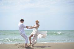 Casal dançando na praia |Foto: iStock