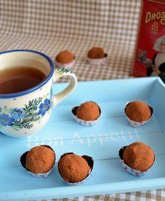 Overheerlijke melkchocolade truffels. Lekker voor bij een kopje thee of gewoon stiekem tussendoor. Een gevaarlijk lekker recept.