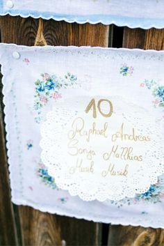 Vintage Sitzplan. Einfaches DIY-Projekt für deine romantische Vintage Hochzeit. Mehr dazu auf www.brautrezepte.de