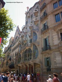 Frente a la Casa Batlló, en el Paseo de Grácia, se agolpan los turistas.