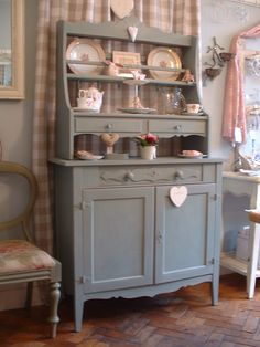 Suzanne has a very pretty shop called Shy Violet in a pretty country side village in Dorset, in southwest England.