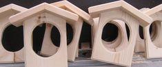 Et hyggeligt hus til fuglene i haven, lige til at hænge fuglefoder kuglerne op i