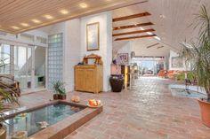 Vardagsrum med lite pool