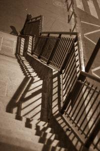 Nicolas X-jeux d'ombres sur l'escalier à la lumière du Tungstène parisien