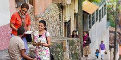 Dos hermanas predican a un hombre en una calle de Copán (Honduras)
