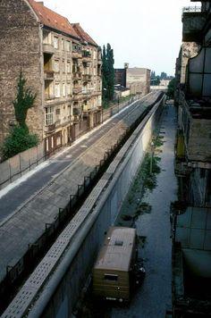 Die Mauer teilt Berlin 1981, Heidelberger Straße, zwischen Alt-Treptow (Ost - links) und Neukölln (West).