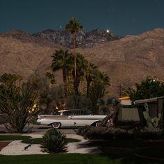 Le photographe australien Tom Blachford, dont nous avons déjà parlé, revient avec de nouvelles photos pour sa série Midnight Modern. Il continue à immortaliser des maisons de Palm Springs, datant du milieu du 20ème siècle, en longue exposition. Il les capture de nuit, avec une lumière dramatique.