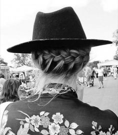 Couronne de tresse boho hairstyle bobo crown braid messy hair with hat Hat Hairstyles, Pretty Hairstyles, Braided Hairstyles, Updo Hairstyle, Wedding Hairstyles, Hair Day, Your Hair, Girl Hair, Unique Braids