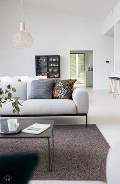 Harmaja honkain keskellä - Valkoinen Harmaja My House, Love Seat, Couch, Interior Design, Furniture, Home Decor, Design Interiors, Homemade Home Decor, Sofa