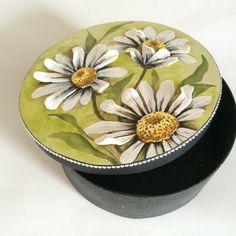 Caixa em MDF, redonda 20cm, com pintura e margaridas 3D com massa de bicuit.