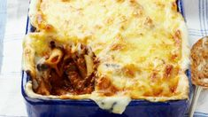 Looking for Bolognese recipes, easy pasta recipes, pasta Bolognese, pasta bake recipes, simple Bolognese pasta or pasta recipes? This Bolognese pasta bake makes a cheap and delicious family meal - and it's also a handy recipe for unexpected guests. Mince Pasta Bake, Bolognese Pasta Bake, Bolognese Recipe, Baked Pasta Recipes, Mince Recipes, Easy Baking Recipes, Cooking Recipes, Recipe Pasta, Gnocchi Recipes