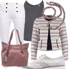 Sopra il top grigio una maglia a righe da accostare ai pantaloni bianchi con un bel motivo di bottoni sul davanti, scarpe stringate grigie e borsa rosa antico. Per impreziosire, una parure di bracciale e collana in agata.