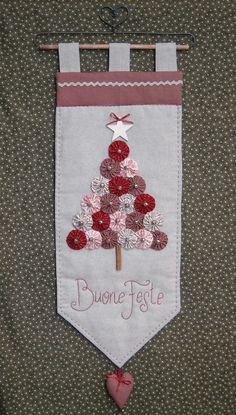 ~ Yo-Yo Wall Hanging w/ Embroidery ~ Stoffe. Christmas Makes, Christmas Fun, Christmas Decorations, Christmas Ornaments, Christmas Patchwork, Christmas Sewing, Christmas Projects, Holiday Crafts, Yo Yo Quilt