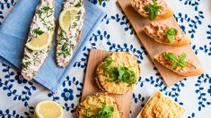 Máte chuť na lahodnou a rychlou svačinku? Zkuste pečivo namazané domácí pomazánkou, kterou připravíte během chvíle! Máme pro vás hned tři tipy, které spojuje snadná příprava a úžasná chuť!