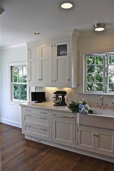 Stunning white and marble kitchen design with creamy white shaker kitchen cabinets & farmhouse sink