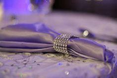 On peut utiliser le ruban de strass de diverses façons en décoration de mariage: il est brillant, luxueux et évoque le mariage de reve , un mariage accessoirisé de faux diamants évoque le plus beau…
