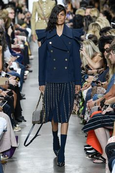 Michael Kors Collection Spring 2020 Ready-to-Wear Fashion Show Collection: See the complete Michael Kors Collection Spring 2020 Ready-to-Wear collection. Look 40 Classy Dress, Classy Outfits, Work Outfits, Casual Work Outfit Winter, Catwalk Fashion, Fur Fashion, Fashion Spring, Michael Kors Fashion, 2020 Fashion Trends