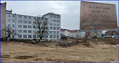 Berlin-Charlottenburg, Rognitzstraße 9. In dem hellblauen Haus (hier ein Blick auf die Rückseite) befand sich das erste Fernsehstudio der Deutschen Reichspost. Start des ersten regelmäßigen Fernsehprogramm war der 22.3.1935. Das Haus wird heute von der DeTeLine, einer Tochter der Deutschen Telekom, genutzt. Der Blick geht über die Baugrube für den Neubau der BMW Niederlassung Berlin Kaiserdamm. Ab den Jahren 1954/55 befand sich hier an der Kreuzung Kaiserdamm/Messedamm das Dienstgebäude der…