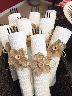 Use paper towels for cute and functional plasticware bundles for your next party! AD Use paper towels for cute and functional plasticware bundles for your next party! Burlap Projects, Burlap Crafts, Diy And Crafts, Rustic Napkin Holders, Rustic Napkins, Do It Yourself Ostern, Paper Towel Crafts, Paper Towels, Thanksgiving Decorations